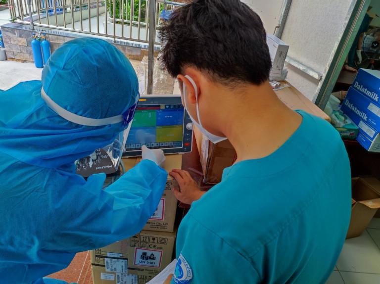 Hàng loạt vật tư, trang thiết bị trị giá 2 tỷ đồng được trao tặng phục vụ cho công tác chống dịch