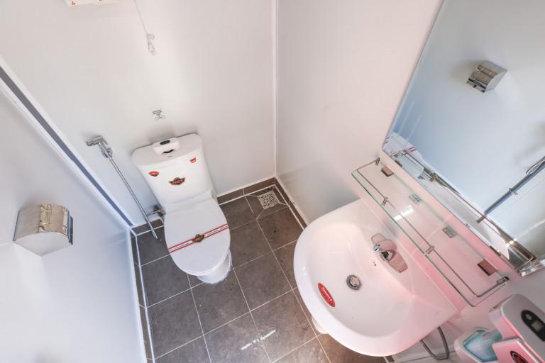 Buồng vệ sinh Kháng khuẩn Lắp ghép được thiết kế dựa trên 02 nguyên tắc chính: Hạn chế tiếp xúc và Thông gió tích cực giúp hạn chế tối đa việc tiếp xúc với các thiết bị vệ sinh dùng chung như vòi rửa tay, hộp đựng dung dịch sát khuẩn,… thông qua cơ chế cảm ứng.