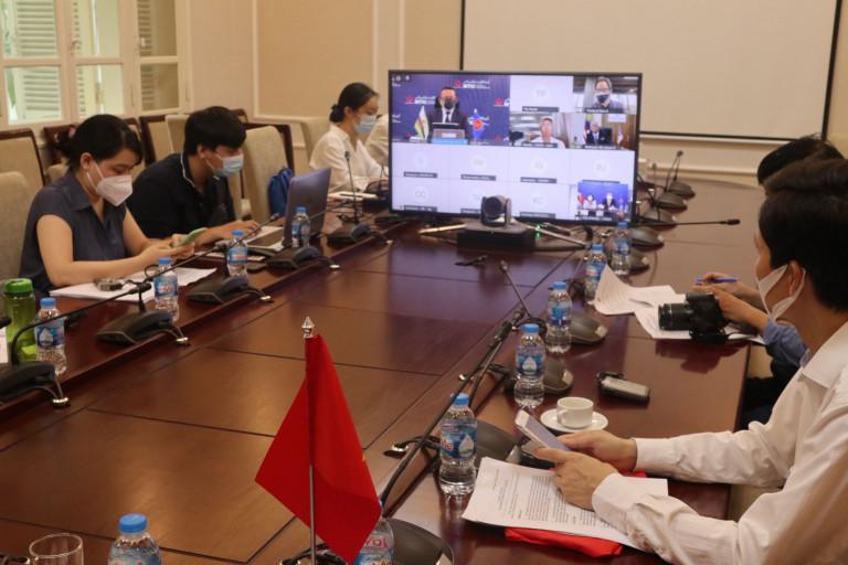 Các đại biểu tham dự hội nghị trực tuyến tại đầu cầu Việt Nam.