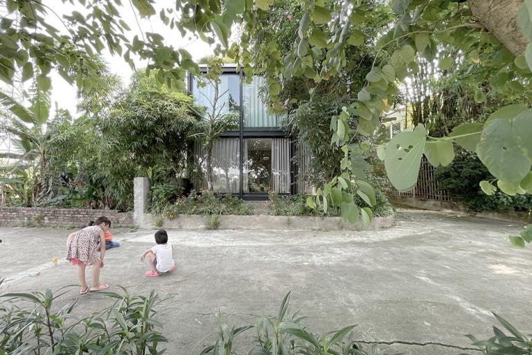 Ngôi nhà vách kính được bao bọc giữa lớp cây cổ thụ
