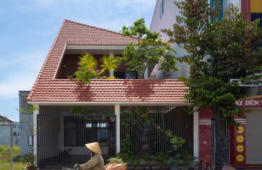 Căn nhà là sự kết hợp giữa kiến trúc truyền thống và đương đại.