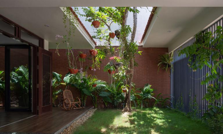 Khu vườn phía trước là nơi gia đình thư giãn, ăn cơm hoặc tán gẫu với hàng xóm.