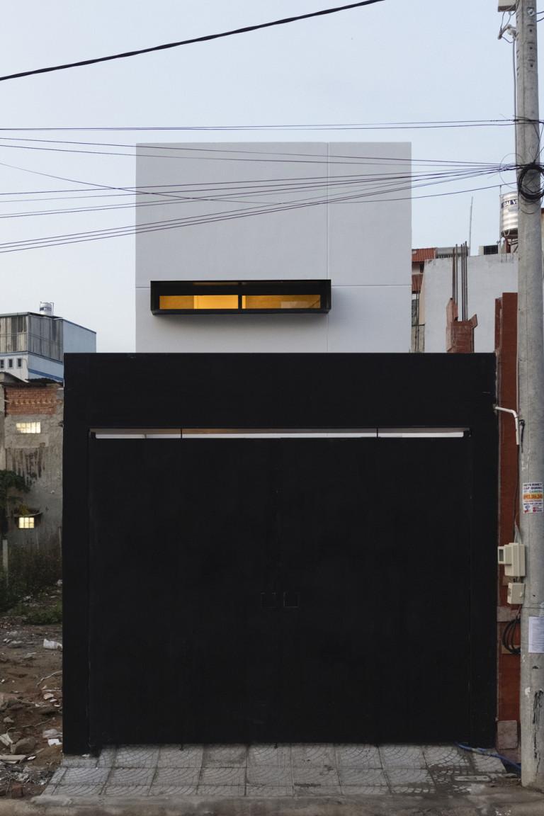 Căn nhà gây ấn tượng bởi diện mạo tối giản bên ngoài.