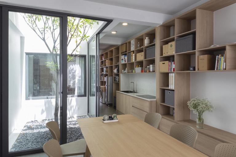 Bên trong, cách bố trí không gian cũng theo tiêu chí tối giản để dành chỗ cho những khoảng mở và sân vườn.