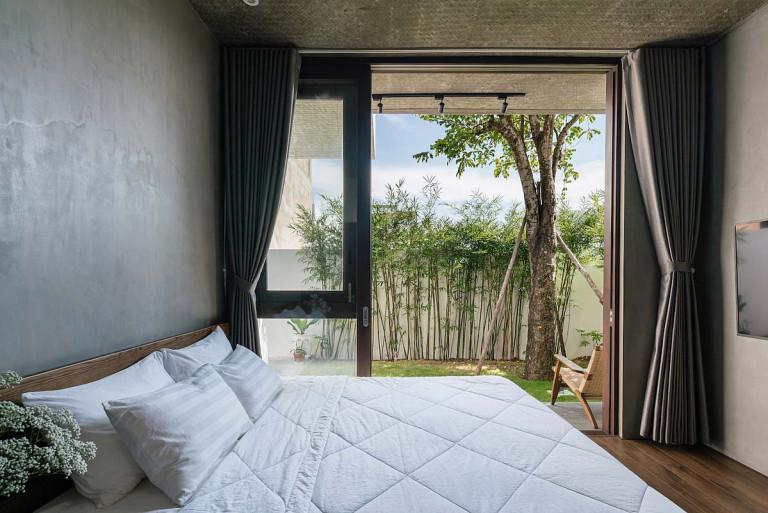 Những ô cửa lớn mở ra vườn giúp không gian bên trong thoáng đãng. Ảnh: Quang Dam.
