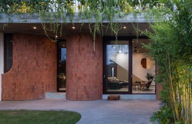 Xung quanh nhà là vườn cây.