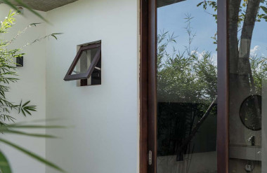Các ô cửa lớn mở ra vườn giúp các phòng bên trong thông thoáng.