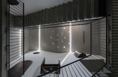 Khoảng thông tầng lớn lưu thông gió, đưa ánh sáng xuống bên dưới và kết nối các không gian với nhau.