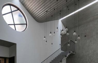 """Hành lang cầu thang trở thành """"không gian trưng bày ánh sáng tự nhiên""""."""