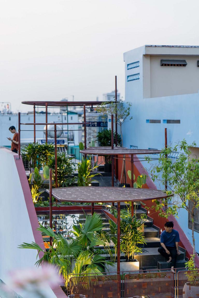 Mái dốc là nơi trồng cây và rau xanh. Mái che bằng thép như những chiếc ô, vừa có tác dụng che một phần nặng vừa trang trí cho khu vườn. Ảnh: Quang Trần.