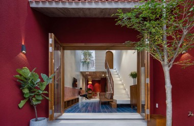 Căn nhà chủ yếu sử dụng màu đỏ để tạo hiệu ứng thị giác.