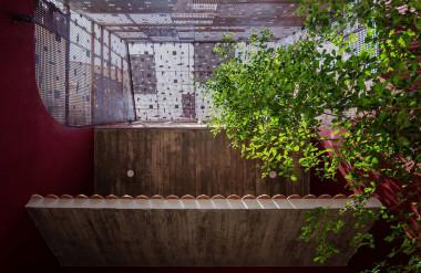 Khoảng đệm giữa khung thép và căn nhà giúp không gian bên trong đỡ bị nóng.