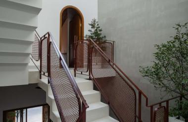 Căn nhà sử dụng thủ pháp lệch tầng để tạo ra nhiều khoảng trống, giúp không gian thoáng mát hơn.