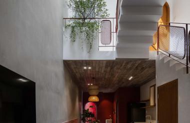 Khoảng thông tầng - cầu thang giữa nhà kết hợp với thủ pháp lệch tầng gắn kết các không gian với nhau.