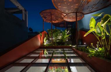 Mái dốc phù hợp với hình thái kiến trúc, ngoài ra có tác dụng phân mảng cảnh quan.
