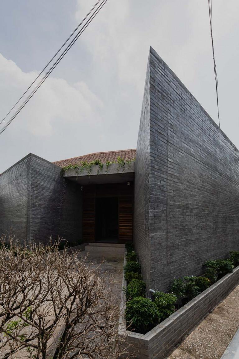 Trải qua hàng chục năm mưa gió, mái ngói của những ngôi nhà nguyên bản đã bám đầy rêu phong.