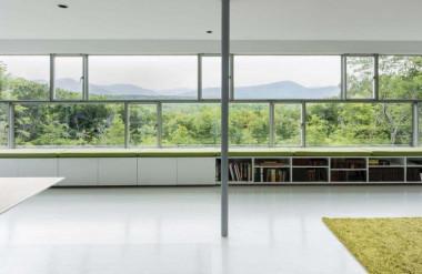 Bên cửa sổ dài 12 mét có chỗ ngồi để gia chủ thưởng thức cảnh quan bên ngoài.