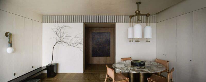 Đèn treo tường hình tròn là bổ thể cho phần sàn kim loại và đá cẩm thạch. Chất liệu đồng oxy hóa cũng được sử dụng để làm đèn treo phía trên bàn bếp