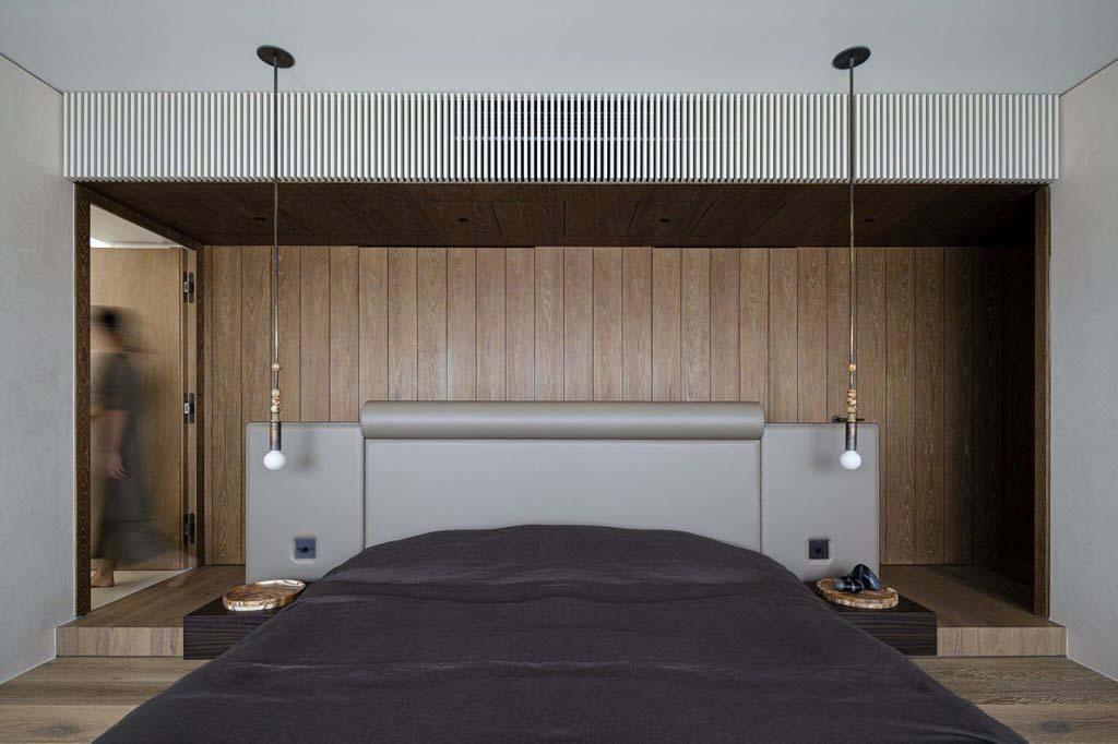 Tủ đầu giường và đồ trang trí đặt trên đó được chế tác từ các khối đá cẩm thạch