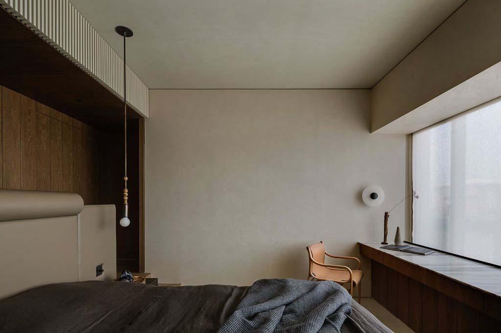 Một ô cửa sổ lớn lấp đầy căn phòng bằng ánh sáng tự nhiên