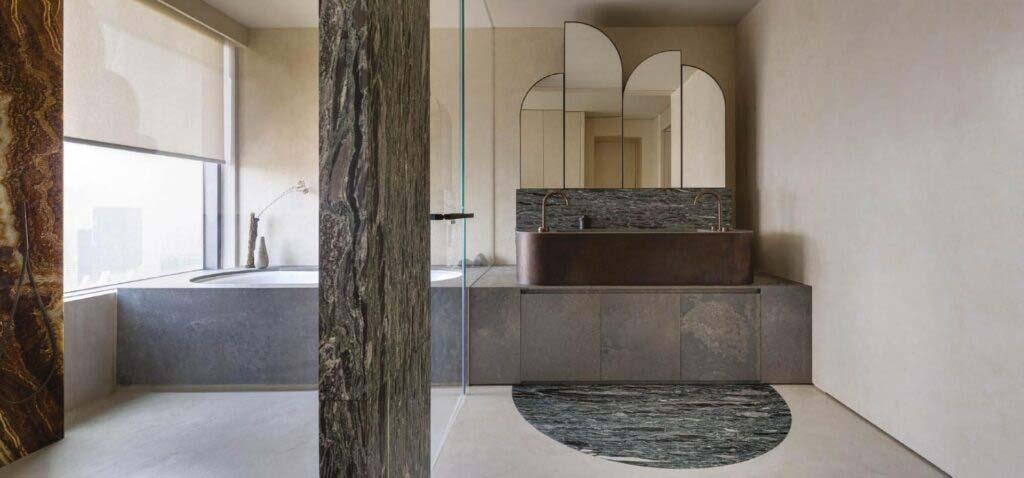 Phòng tắm được trang bị bồn tắm, bồn rửa bằng đá cùng cột chịu lực ốp đá cẩm thạch