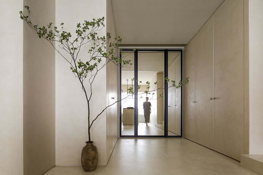 Thô sơ và tối giản là hai nguyên tắc chủ chốt của phong cách Wabi Sabi. Và tất nhiên lối vào căn hộ đã phần nào thể hiện điều đó