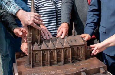 Những mô hình bằng đồng nhỏ giúp người mù ở Marburg cảm nhận vẻ đẹp của công trình thực. Ảnh: Mittelhessen.