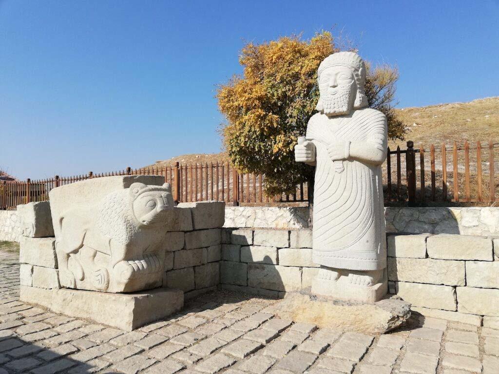 Những bức tượng tại lối vào đồi Arslantepe Mound, Thổ Nhĩ Kỳ. (Nguồn: travelawaits.com)