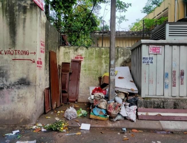 Bên dưới một số góc khoảng tường trở thành khu vực tập kết rác